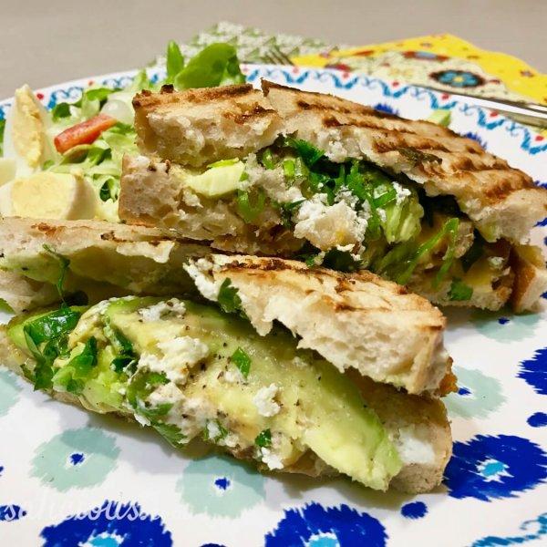 Toast met avocado en crème fraîche