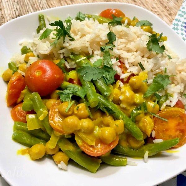 Gele curry met kikkererwten en tomaat