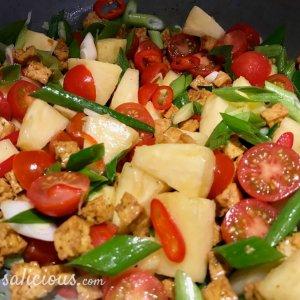 Voorbereiding Thaise roerbakschotel met knoflook en koriander