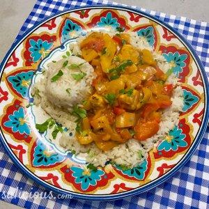 Paprika curry met rijst met tomaat