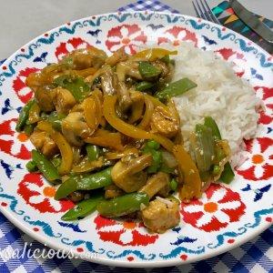zelfgemaakte Oosterse groenteschotel met knoflook