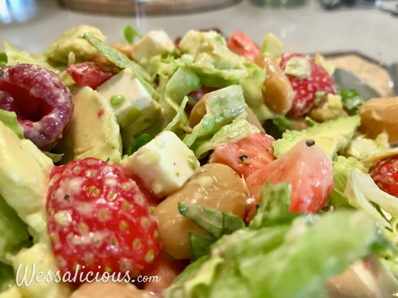 Avocadosalade met aardbeien en frambozen