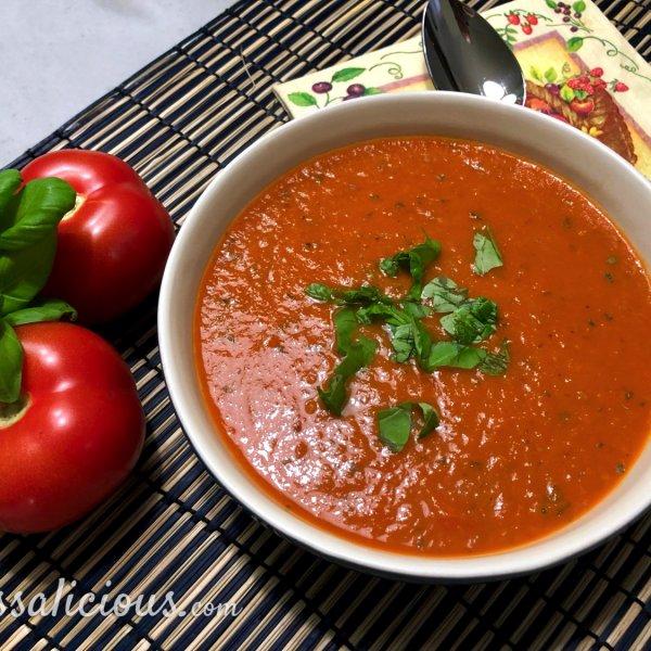 Zelfgemaakte tomaat-basilicumsoep