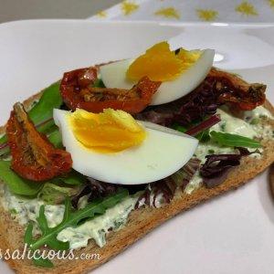 Gegrilde toast met zongedroogde tomaten en kruidensalade