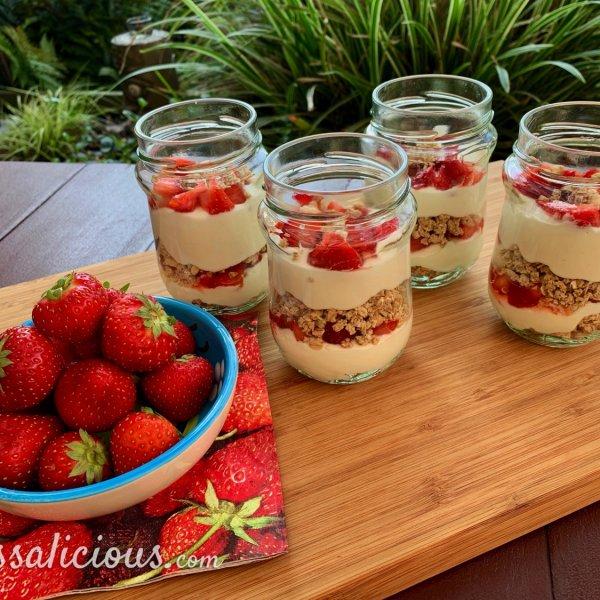 Granola-toetje met aardbeien