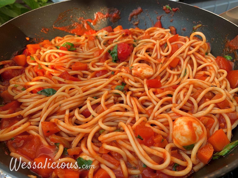 Spaghetti Pomodoro met mozzarella in de pan