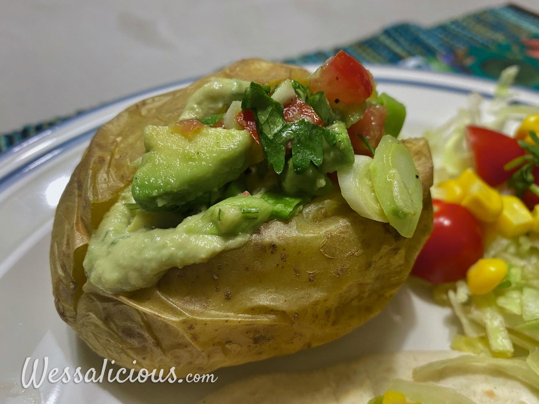 Gepofte aardappel met guacamole