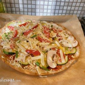 Pizza van turks brood met mozzarella salade
