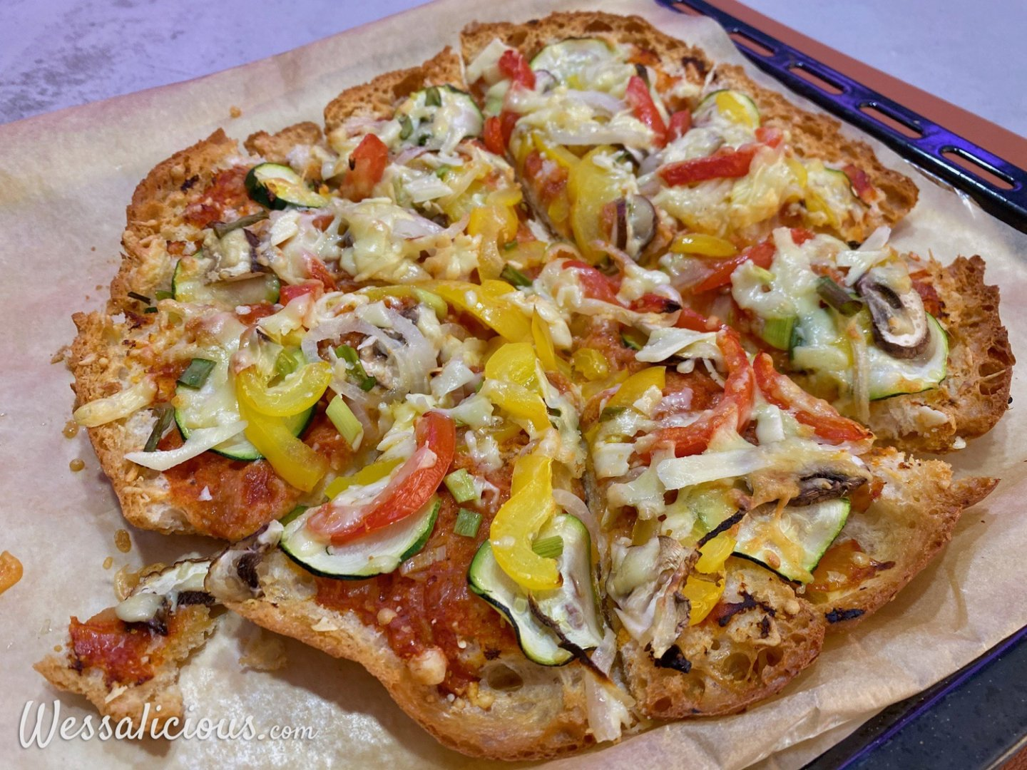 Pizza van turks brood met mozzarella salade