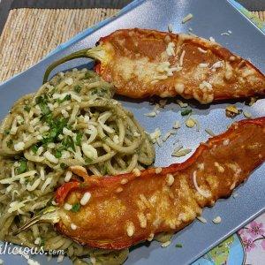 Spaghetti met auberginesaus en gevulde paprika