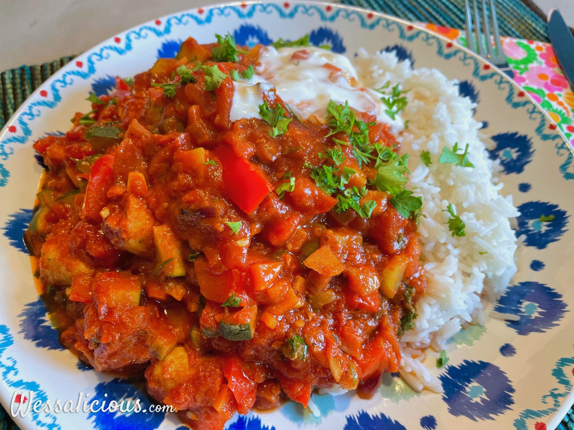 Rijstschotel met vegetarische worst in tomatensaus