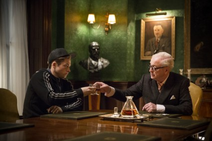Bei den Kingsmen lernt Eggsy (Taron Egerton) auch Arthur (Michael Caine) kennen.