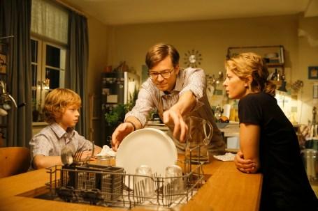 Zuhause überrascht Tobbi (Arsseni Bultmann) seine Eltern (Ralph Caspers unf Jördis Triebel) regelmäßig mit neuen Erfindungen...