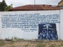 Rund um den Platz herum, auf dem der Sklavenmarkt stattfand, haben Künstler Botschaften gestaltet. Hier ein Text von Nicephore Soglo aus dem Jahre 1993, der durch eine Zeichnung ergänzt wird.