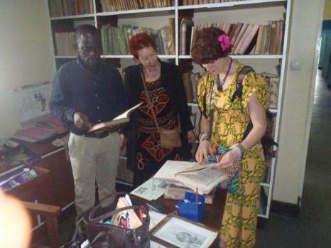 Auf diesem Foto (v.l.): Dr. Walter Gam Nkwi, Prof. Dr. Bea Lundt, Nina Paarmann bei der Besichtigung des deutschen Kolonial-Archivs in Buea 2014