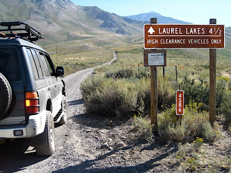 The sign for Laurel Lakes trail