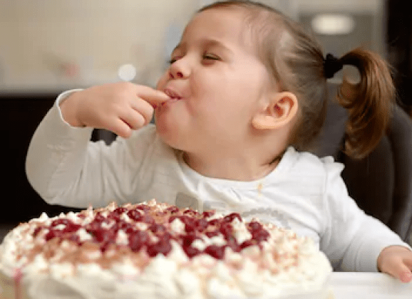 Follow the recipe for Effective blog posts (lImage: little girl enjoying cake)
