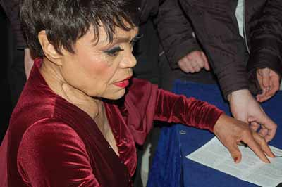Eartha Kitt signs autographs at the Shaw Theatre London