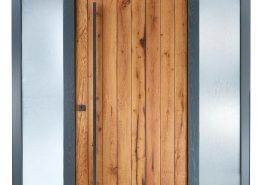 Altholztür mit Lichtelement und Rahmen in grau – Kundenprojekt