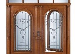 Individuell gestaltete Haustüre mit Kunstschmiede-Vorsätzen und zwei Rundbogen-Elementen