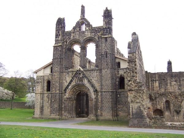 "Kirkstall Abbey. ""Kirkstall Abbey Kirche von Westen"". Licensed under CC BY-SA 3.0 via Wikimedia Commons"