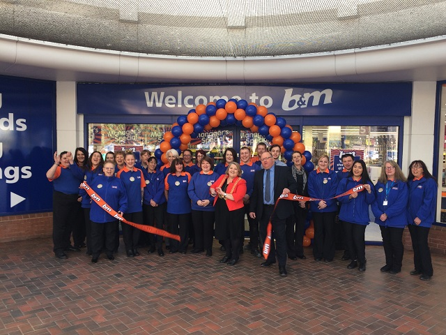 New Owlcotes Centre B&M opens its doors