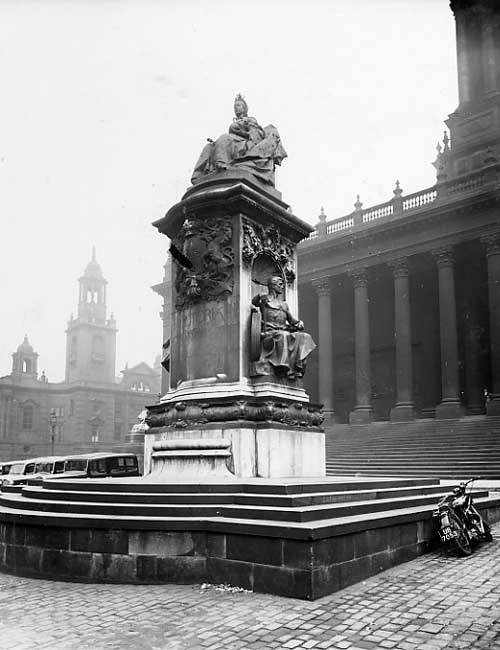 queen victoria statue leeds town hall