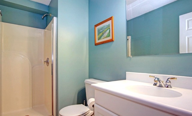Main level full bath with tub/shower combo
