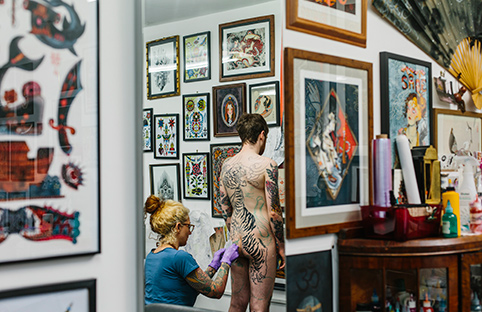 Claudia de Sabe is tattooing/Photo: Kate Berry