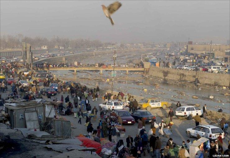 Kabul's Murad Khane bazaar, next to the Kabul River. © BBC and Laura Lean