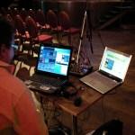 Bild: Laptops för produktion och livetittning samt ljudmixer