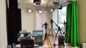 Foto av studion, med soffa, lite bord, produktionsplats, mm