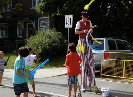 Stilt-walking balloon man! (photo by Jorge Schönherr)