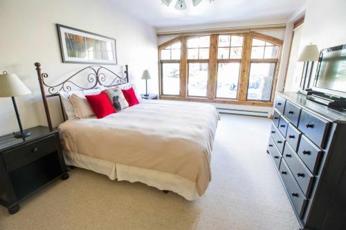 B202-master-bedroom