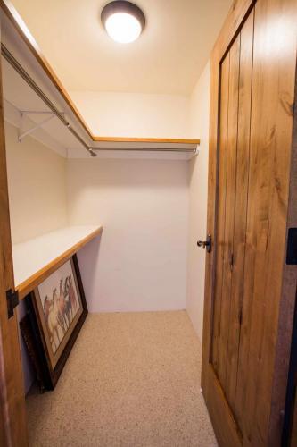 C203-closet