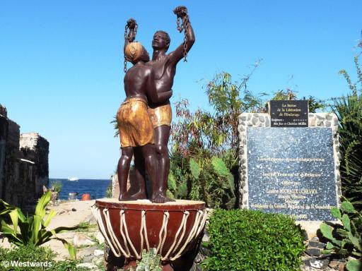 20081130 Ile de Goree Statue des Esclaves 0298