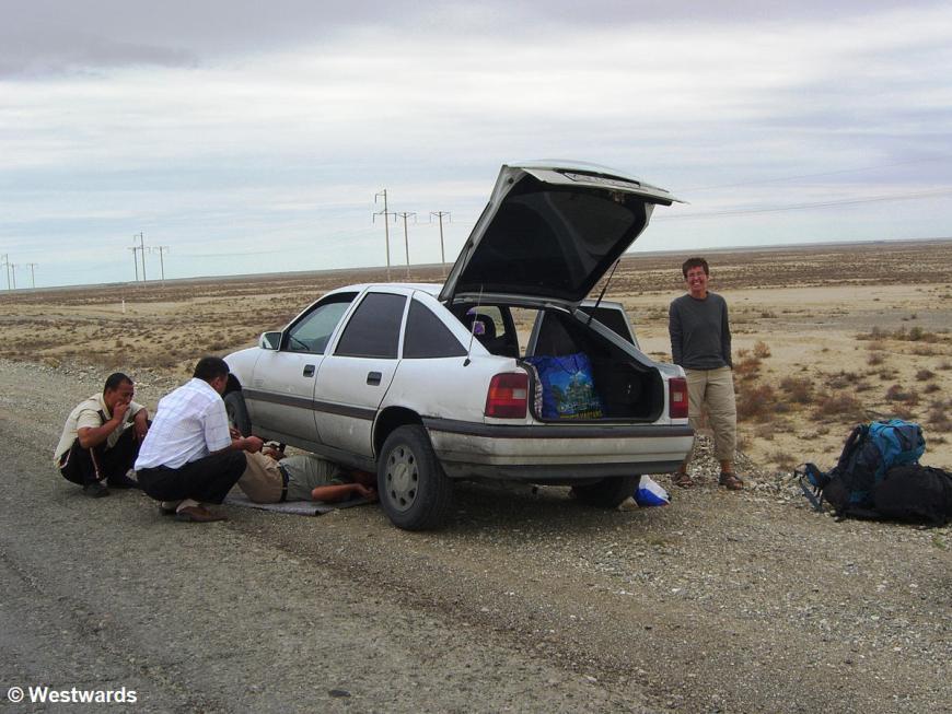 Car breakdown on our transit through Turkmenistan