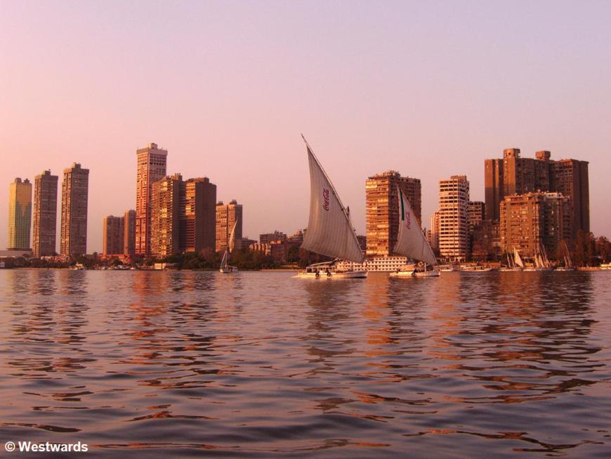 Feluken vor der Skyline von Kairo
