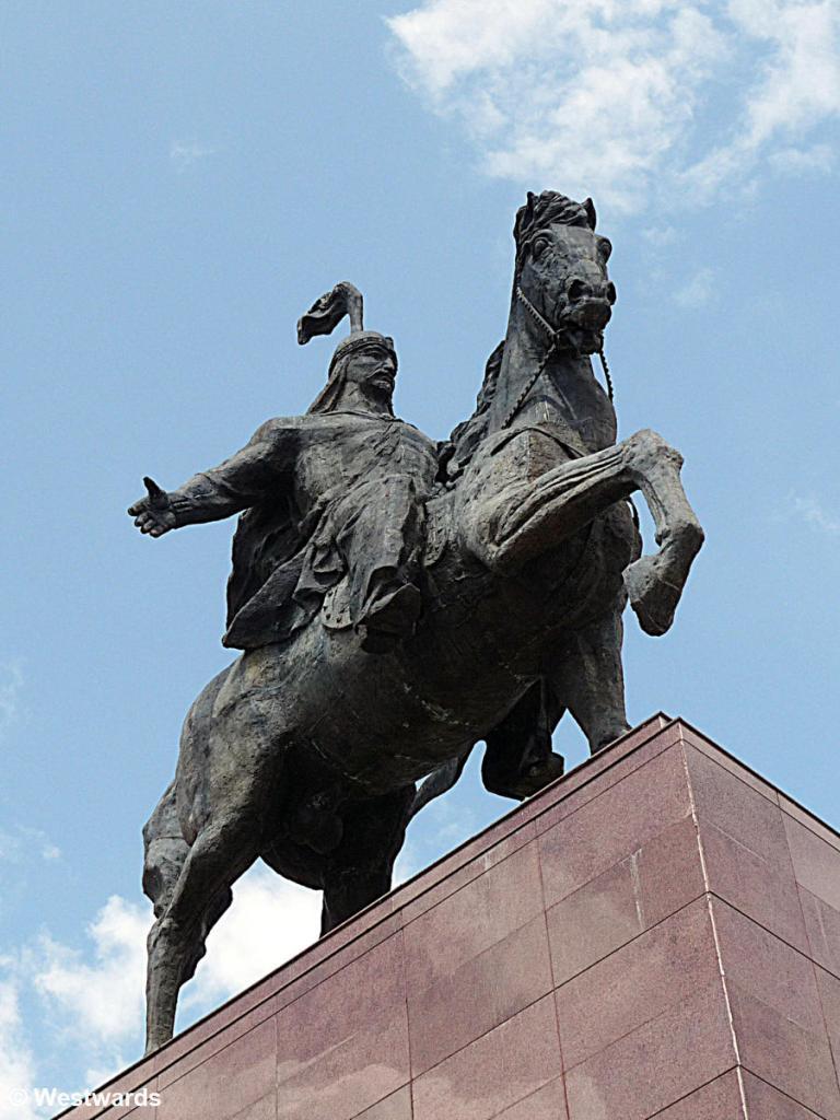 20120616 Bischkek Manas vor Nationalmuseum P1350365