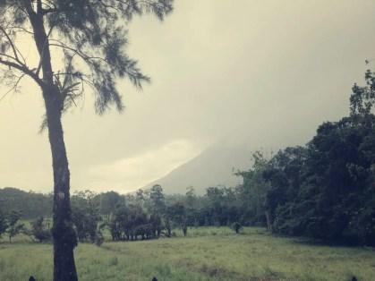 Volcán Arenal von Regenwolken verhüllt, .... es fing richtig an zu schütten, als wir am anderen Fuß de Vulkans angelangten