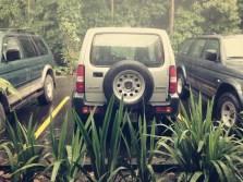 Typische Geländewagen in Costa Rica für die Fahrt auf den überschwemmten Pisten