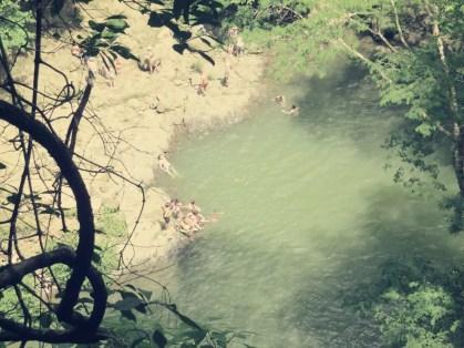 Blick von oben auf das Becken des ersten Wasserfalls