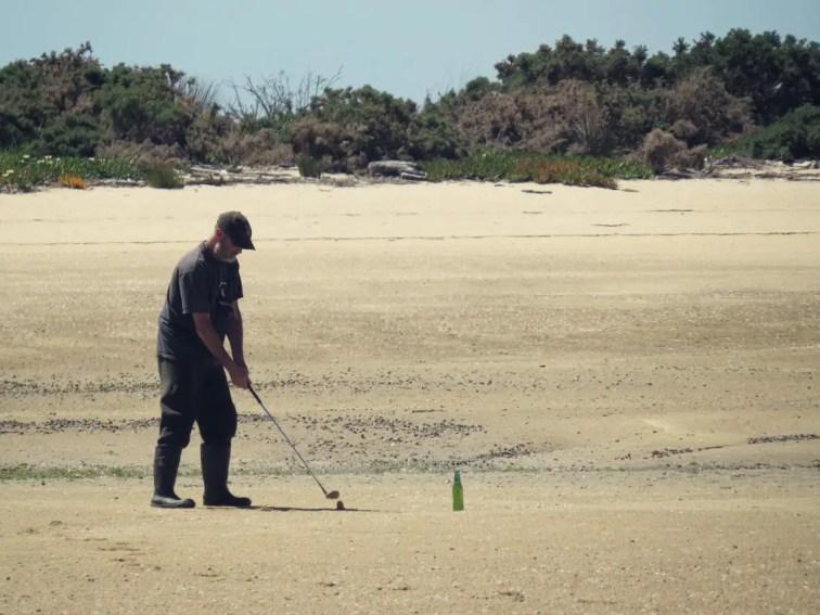 Die einheimischen vertreiben sich bei Ebbe die Zeit mit Golf