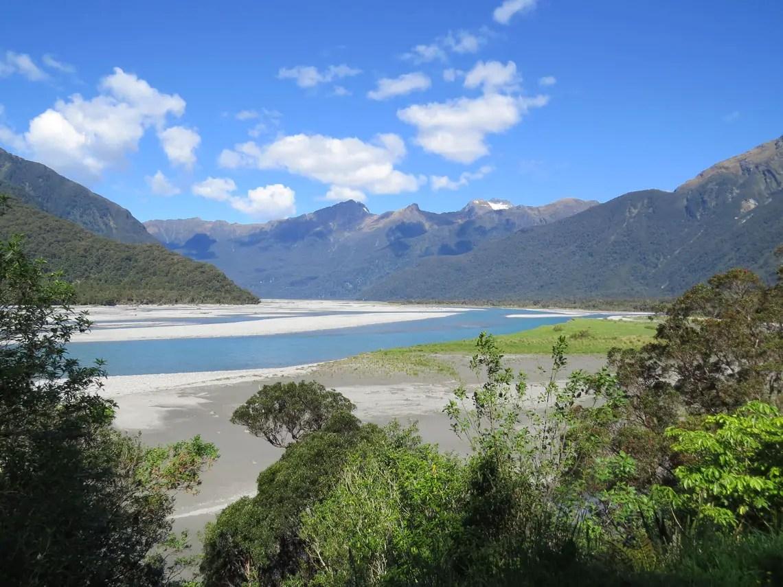 Weitläufiges Flussbett in Neuseeland