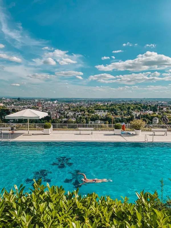Wiesbaden Aktivitäten – Schwimmen mit Aussicht im Opelbad