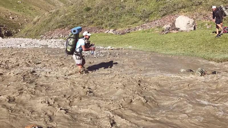 Ueberquerung eines Flusses in Kirgistan