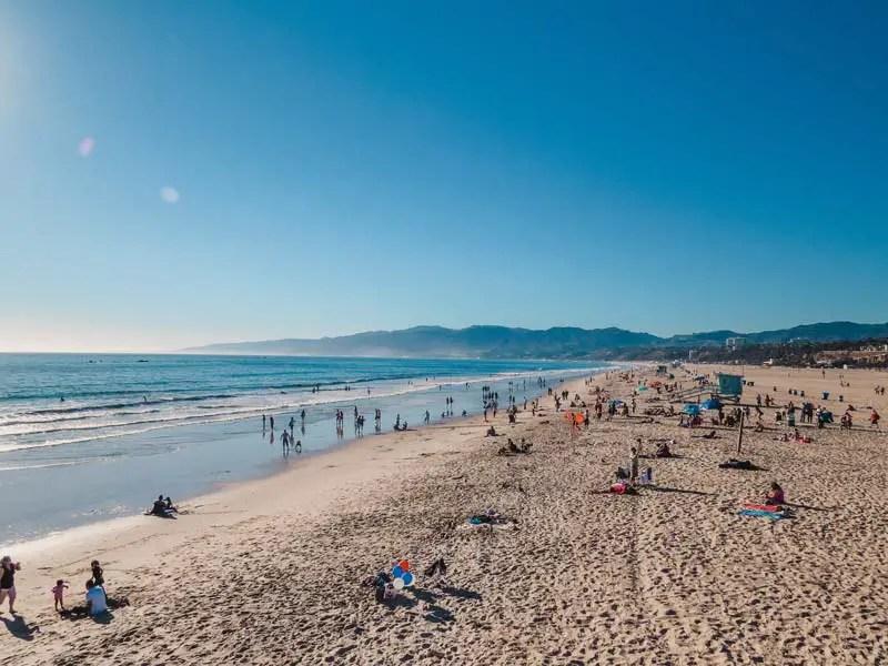 Een strandwandeling eindigt in een hete vrij partij