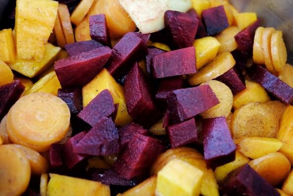 Rote Bete, Karotten und Süßkartoffel in einen Topf geben