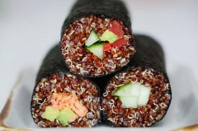 drei Sushi Rollen aufeinander