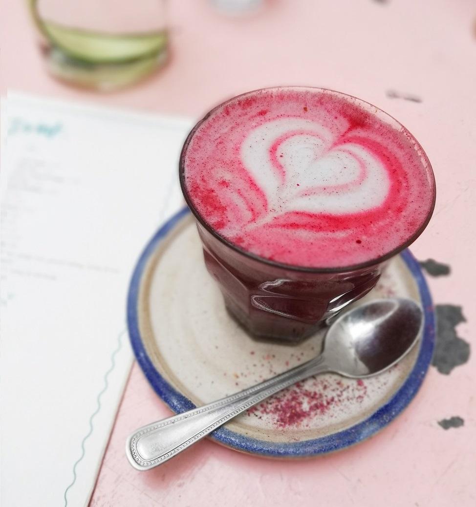 Hibiskuslatte im Farm Girl Café
